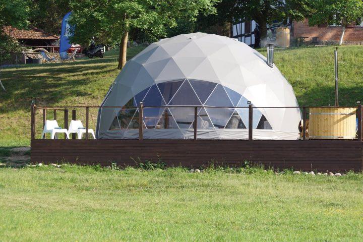 sferyczny namiot glampingowy